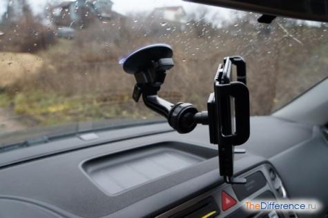 как закрепить планшет в машине