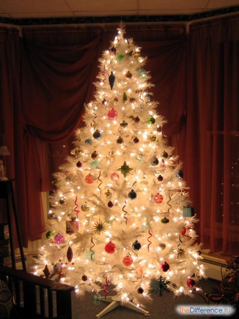 украсить белую елку