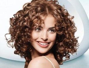 Как красиво уложить кудрявые волосы