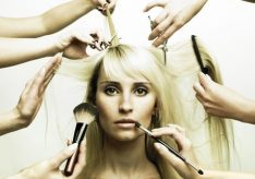 Разница между стилистом и парикмахером