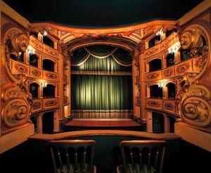разница между большим театром и малым театром